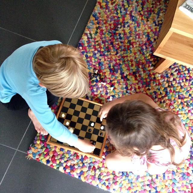 Enfants jouent aux échecs