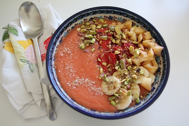 Smoothie bowl fraise banae pistache via Wonderful Breizh